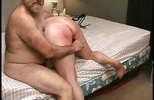 巨大なおっぱいを持つ美しいお母さんは、ベッドの上で若い恋人と性交する セックス 女性 動画