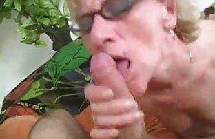白いエプロンのスキニー雛は、浴槽の中でコックの男のコックを吸って、床の上で彼と犯された 女の子 の ため の セックス 動画