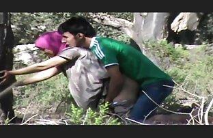 二人の男は自分の顔にパジャマと土地でベッドの若いガールフレンドの上に持っています 女の子 が 見る エッチ な 動画