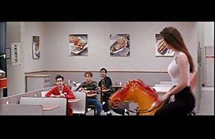 立っている男は、指で床と苔の猫に座って、口の中で女性をファックします 女の子 向け エロ アニメ