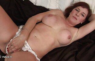 お尻の大きなデバイスを持つ男は、ベッドの上で日焼けした金髪を性交する 女の子 h 無料
